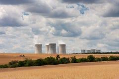 Widok z lotu ptaka elektrownia jądrowa z chłodniczym góruje przeciw Fotografia Royalty Free