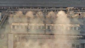 widok z lotu ptaka Emisja atmosfera od przemysłowych drymb Smokestack drymby shooted z trutniem Zakończenie zdjęcie wideo