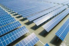 Widok z lotu ptaka energii słonecznych gospodarstwa rolne obrazy royalty free
