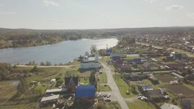 Widok z lotu ptaka Europejska wioska blisko stawu Piękny widok z lotu ptaka Kolor wioska z kościół i jezioro Odgórny widok Fotografia Royalty Free