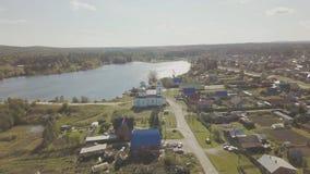Widok z lotu ptaka Europejska wioska blisko stawu Piękny widok z lotu ptaka Kolor wioska z kościół i jezioro Odgórny widok Zdjęcia Royalty Free