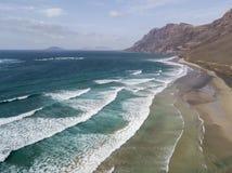 Widok z lotu ptaka Famara plaża, Lanzarote, wyspy kanaryjskie, Hiszpania Risco Di Famara, ulga, góry przegapia Atlantyckiego ocea fotografia royalty free