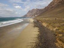 Widok z lotu ptaka Famara plaża, Lanzarote, wyspy kanaryjskie, Hiszpania Risco Di Famara, ulga, góry przegapia Atlantyckiego ocea zdjęcie stock