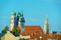 Widok z lotu ptaka z Frauenkirche, Neues Rathaus i Peterskirche, M Obrazy Stock