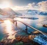 Widok z lotu ptaka Fredvang mosty przy zmierzchem w zimie obraz royalty free