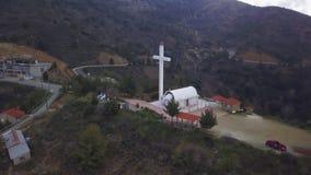Widok z lotu ptaka góry Cypr w letnim dniu, latający nad kaplicą i krzyżem zbiory wideo