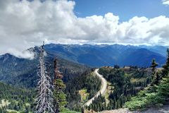 Widok z lotu ptaka góry i las droga wzdłuż lasu fotografia royalty free