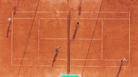 widok z lotu ptaka Gracze bawić się tenisa na pomarańcze sądzie zbiory wideo