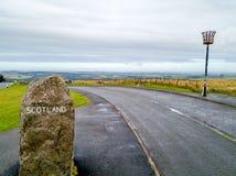 Widok z lotu ptaka granica między i Szkocja znak Szkocja i Anglia z ampuła kamieniem - Zjednoczone Królestwo fotografia stock