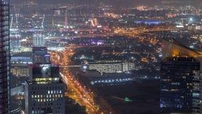 Widok z lotu ptaka gromadzki nocy timelapse z ruchem drogowym i w budowie budynek z żurawiami pieniężny i zabeel zbiory