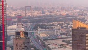 Widok z lotu ptaka gromadzki timelapse z ruchem drogowym i w budowie budynek z żurawiami od pieniężny i zabeel zdjęcie wideo