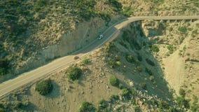 Widok z lotu ptaka Guardia Cywilny samochodowy chodzenie wzdłuż wietrznej drogi w Andaluzyjskich górach, Hiszpania zbiory