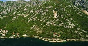 Widok z lotu ptaka halne drogi blisko Kotor wiosek wzdłuż wybrzeża i zatoki zbiory