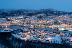 Widok z lotu ptaka Harstad miasto mały schronienie norweg przy zmierzchem w zima sezonie, Norwegia obraz stock