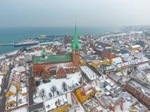 Widok z lotu ptaka Helsingor miasto i Sankt Olai kościół zima, Dani obrazy royalty free