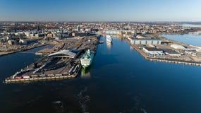 Widok z lotu ptaka Helsinki morza bałtyckiego laguny Fiński Podpalany teren Rejsu liniowiec odjeżdża od portu Helsinki Tallin obrazy royalty free