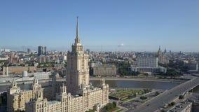 Widok z lotu ptaka hotelowy Ukraina w Moskwa Starzy Radzieccy Rosja Stalin wysocy drapacze chmur w sercu nowo?ytny Moskwa miasto zbiory wideo