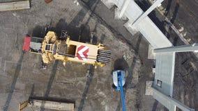 Widok z lotu ptaka instaluje ogromnego zbrojonego beton ogromny ?uraw wypi?trza na budowie zbiory