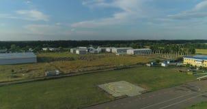 Widok z lotu ptaka intymny śmigłowcowy latanie nad lotniskiem zbiory wideo