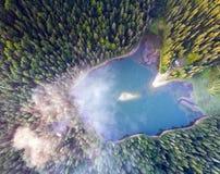 Widok z lotu ptaka Jeziorny Synevir w Karpackich górach w Ukraina Zdjęcie Stock
