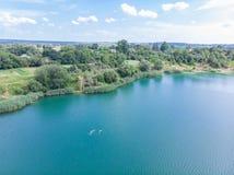 Widok z lotu ptaka jezioro z błękitne wody i piaska plażami Zdjęcia Royalty Free