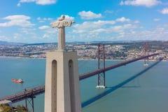 Widok z lotu ptaka jezus chrystus pomnikowy dopatrywanie Lisbon miasto w Pora Fotografia Stock