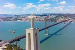 Widok z lotu ptaka jezus chrystus pomnikowy dopatrywanie Lisbon miasto w Pora Zdjęcia Royalty Free