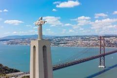 Widok z lotu ptaka jezus chrystus pomnikowy dopatrywanie Lisbon miasto w Pora Obraz Royalty Free