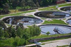 Widok z lotu ptaka kanalizacyjna uzdatnianie wody roślina zdjęcie stock
