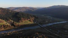 Widok z lotu ptaka Karpackie góry, Ukraina Jesień krajobraz z górami, lasami i Stryi rzeką z mostem, zbiory wideo