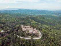widok z lotu ptaka kasztel Gargonza na wzgórzu z drzewami wokoło Włochy fotografia royalty free