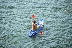 Widok Z Lotu Ptaka Kayaker na Pięknej rzece lub jeziorze Zdjęcia Stock