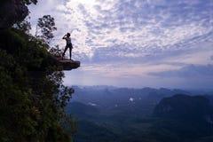 Widok z lotu ptaka kobieta na krawędzi skały na widoku górskiego punkcie zdjęcie royalty free