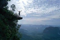Widok z lotu ptaka kobieta na krawędzi skały na widoku górskiego punkcie obrazy royalty free