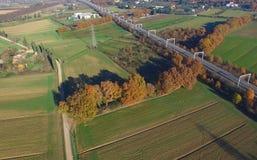 Widok z lotu ptaka kolejowy skrzyżowanie wsi Zdjęcia Royalty Free