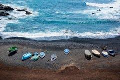 Widok z lotu ptaka kolorowe łodzie na czarnej piasek plaży w Lanzarote, wyspy kanaryjska, Hiszpania zdjęcie royalty free