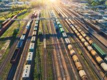 Widok z lotu ptaka kolorowi pociągi towarowi na linii kolejowej Obrazy Royalty Free