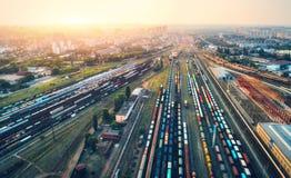 Widok z lotu ptaka kolorowi pociągi towarowi stacja kolejowa Fotografia Stock