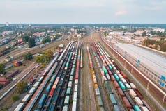 Widok z lotu ptaka kolorowi pociągi towarowi stacja kolejowa Obraz Stock