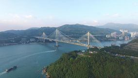 Widok z lotu ptaka komarnica nad Kapa Shui Mun mostem pod słonecznym dniem zbiory wideo