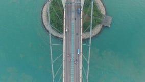 Widok z lotu ptaka komarnica nad Tsing Ma mostem pod słonecznym dniem zdjęcie wideo