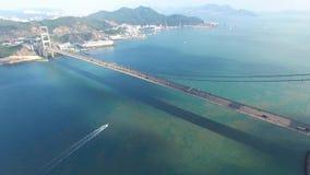 Widok z lotu ptaka komarnica nad Tsing Ma mostem pod słonecznym dniem zbiory wideo