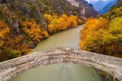 Widok z lotu ptaka Konitsa stary most i Aoos rzeka jesień dzień, fotografia royalty free