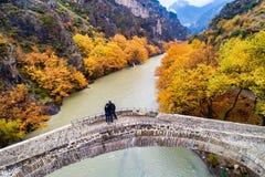 Widok z lotu ptaka Konitsa stary most i Aoos rzeka jesień dzień, obrazy stock