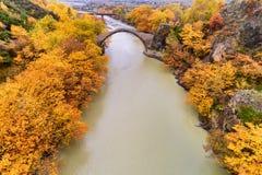 Widok z lotu ptaka Konitsa stary most i Aoos rzeka jesień dzień, zdjęcia stock