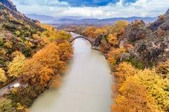 Widok z lotu ptaka Konitsa stary most i Aoos rzeka jesień dzień, zdjęcie stock