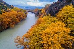 Widok z lotu ptaka Konitsa stary most i Aoos rzeka jesień dzień, fotografia stock