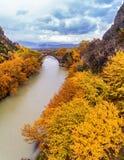 Widok z lotu ptaka Konitsa stary most i Aoos rzeka jesień dzień, obraz royalty free