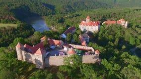 Widok z lotu ptaka królewski grodowy Veveri Eichhorn lub Burg piękny, Morawski, stoi na skale nad - wodna tama na rzecznym Svratk zdjęcie wideo