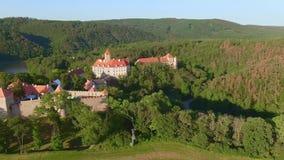 Widok z lotu ptaka królewski grodowy Veveri Eichhorn lub Burg piękny, Morawski, stoi na skale nad - wodna tama na rzecznym Svratk zbiory